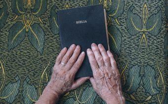 """Biblia − najúčinnejšia """"zbraň"""" proti satanovi"""